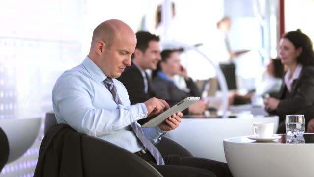 HD: Geschäftsmann mit digitalen Tablet im Café