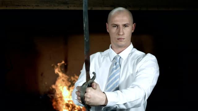 HD DOLLY: Geschäftsmann mit einem Schwert