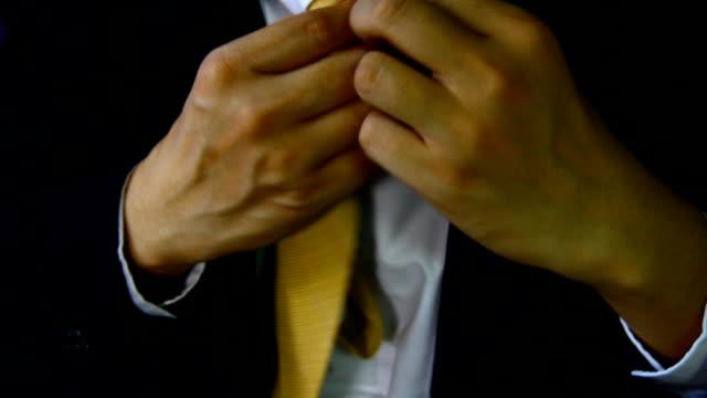 Abito Uomo d'affari con mano tenere impostare cravatta, elegante