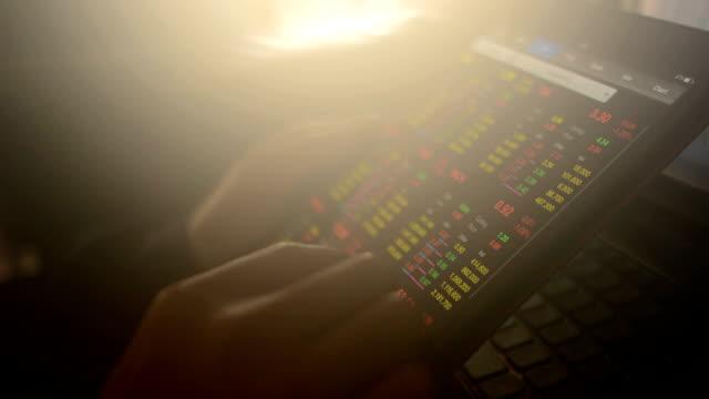 Geschäftsmann Arbeiten auf einem smartphone und computer