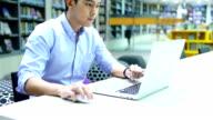 Geschäftsmann Arbeiten auf Tablet-PC im Büro