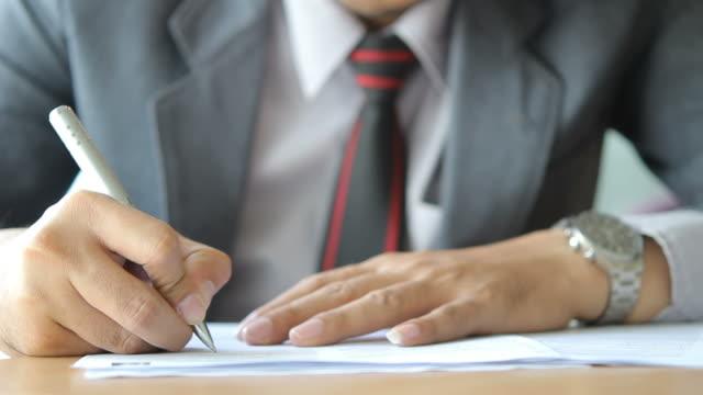 HD: Uomo d'affari scrivendo sul documento