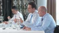 HD DOLLY: Geschäftsleute der Überprüfung der Ergebnisse zum Mittagessen