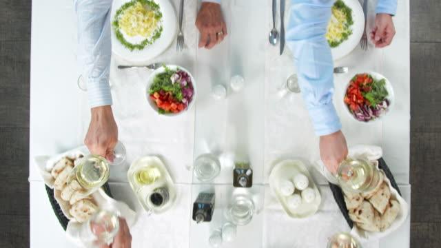 GRU HD: Uomini d'affari di brindare durante il pranzo