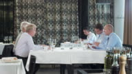 HD DOLLY: Geschäftsleute, die während der Mittagspause