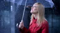 Donna in carriera guardare la pioggia