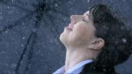 Donna d'affari di esporre la pioggia