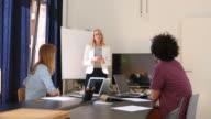 Zakenvrouw presentatie geven aan collega 's