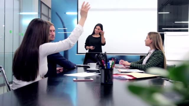 Zakenvrouw presentatie geeft