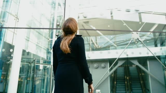 DS Geschäftsfrau auf der Suche nach Möglichkeit