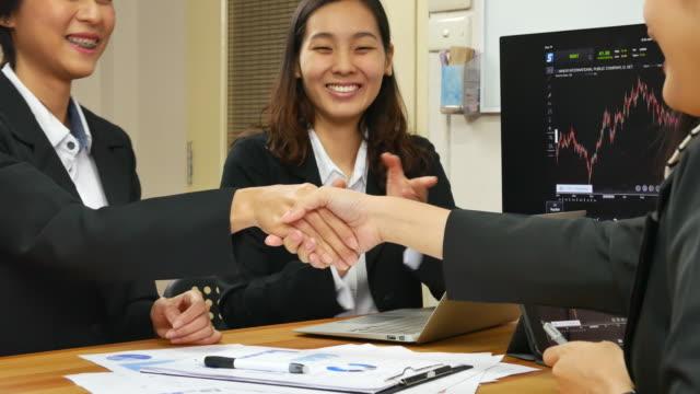 Geschäftsfrau zu treffen und die Hand zu schütteln