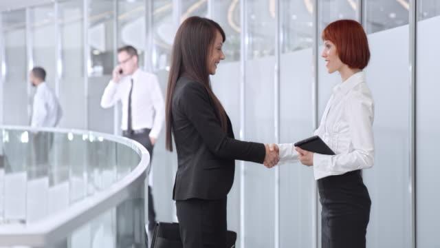 DS zakenvrouw ontmoeting met collega in corporate gang
