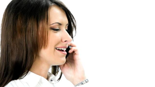 Donna d'affari con cellulare, guardando la telecamera e sorridente, in bianco