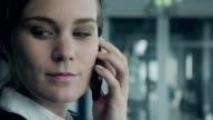Geschäftsfrau auf Telefon am Flughafen