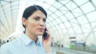 Geschäftsfrau sprechen im Mobiltelefon.