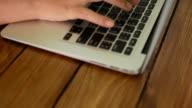 Affärskvinna att skriva och utveckla projekt på hennes hus