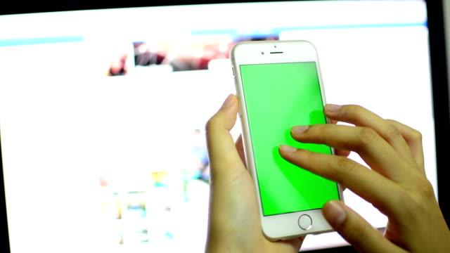 Geschäftsfrau mit Smartphone touchscreen.