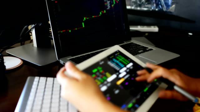 Geschäftsfrau mit Tablet-Analyse stock