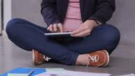 Zakenvrouw tablet pc gebruikt in creatieve kantoor