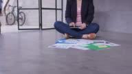 Gebruiken, tablet pc op verdieping in kantoor zakenvrouw