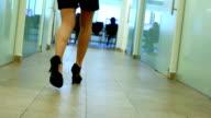 Geschäftsfrau geht die Konferenz-Halle