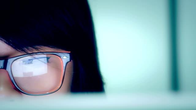 Donna d'affari guardando la tendenza globale di informazioni