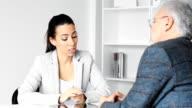 Geschäftsfrau mit Kunden