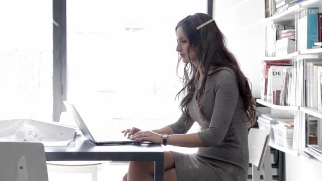 Geschäftsfrau Arbeiten am laptop im Büro