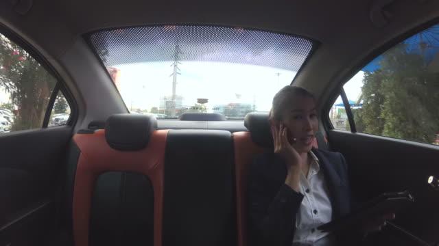 Affärskvinna som arbetar i bilen