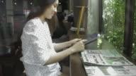 Geschäftsfrau, die Arbeiten auf dem Tablet-PC im Haus