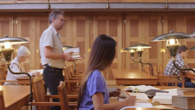 De leeszaal van de bibliotheek van DS bezet