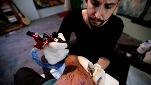 Beschäftigt Tattoo-Künstler