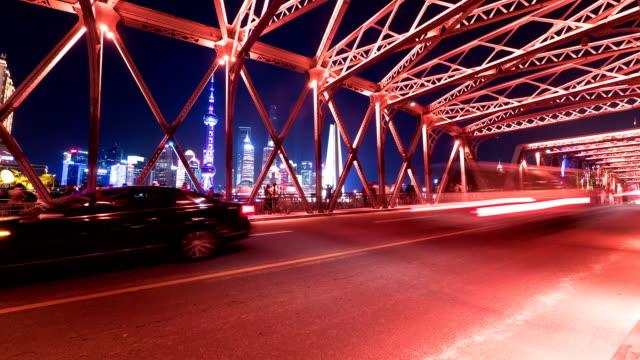 Belebten Verkehr auf der Brücke von Shanghai bei Nacht, Zeitraffer.