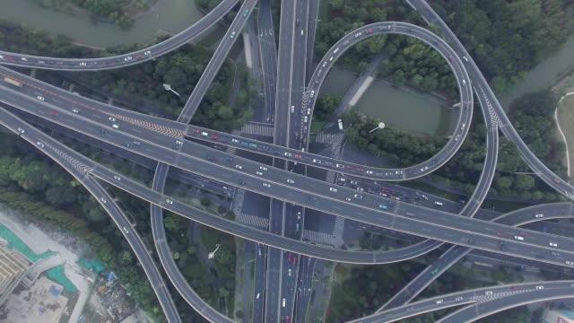 drukke verkeer op de snelweg