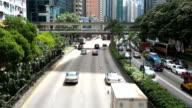 Belebten Verkehr auf Mehrspurige Strecke und Gebäude von hong kong, Echtzeit.