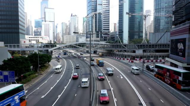 Belebten Verkehr auf Mehrspurige Strecke und Gebäude von hong kong, Zeitraffer.