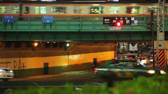 Dichten Verkehr auf der Straße in Shinjuku nachts. (Zeitraffer)