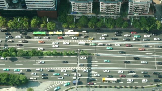 Belebten Verkehr auf der urban street und moderne Gebäude in guangzhou, Echtzeit.