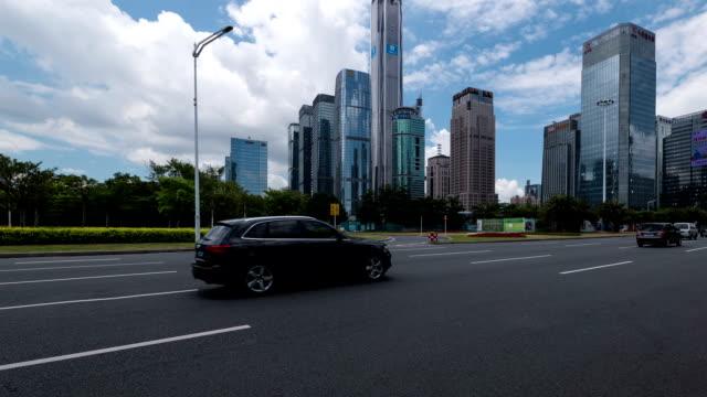 Belebten Verkehr auf der urban street und moderne Gebäude in shenzhen, Zeitraffer.