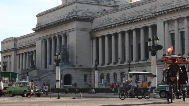 WS, busy traffic w/ vintage American cars & Havana capitol building in Cuba