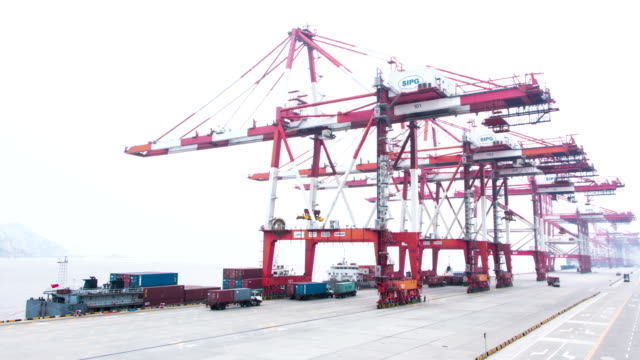 Geschäftige Kran laden Containern aus einem LKW im Hafen, Zeitraffer.
