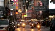 Beschäftigt Yaowarat-Straße in der Nacht