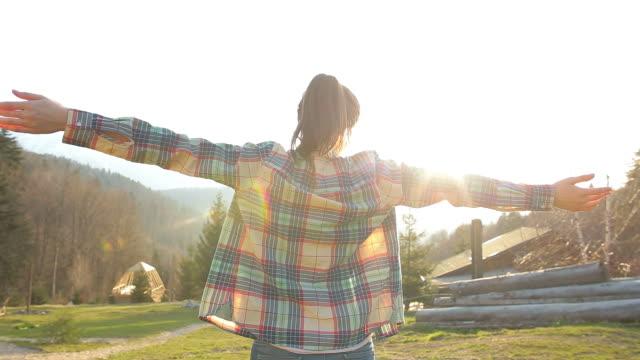 Cabina Retreat-giovane donna godersi la vita.