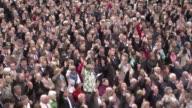 Cada ano los habitantes del pequeno canton suizo Appenzell votan a mano alzada y al aire libre todo tipo de asuntos VOICED El colmo de la democracia...