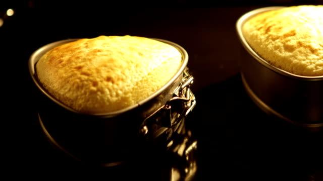 Cake in Oven. Herzkuchen - Kamerafahrt von links