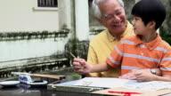 Kalligrafie Großvater und Enkel Schreiben