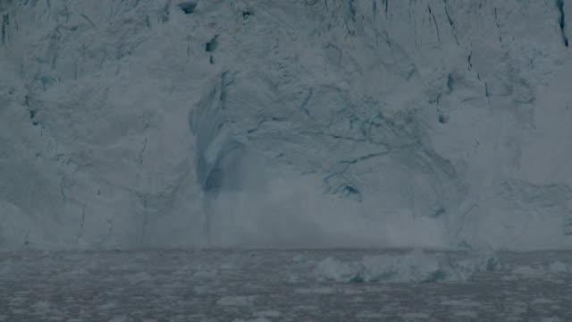 Kalbender Gletscher vor einer Höhle