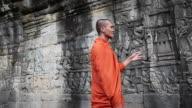 Kambodschanische Mönche diskutieren bas-im Bayon Tempels Angkor