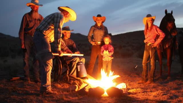 Kampvuur met Cowboys en Cowgirls nachts
