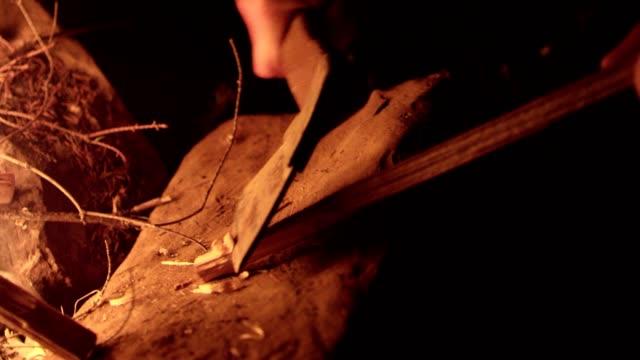 Camping aktiviteter. Förbereda stick för lägereld grill